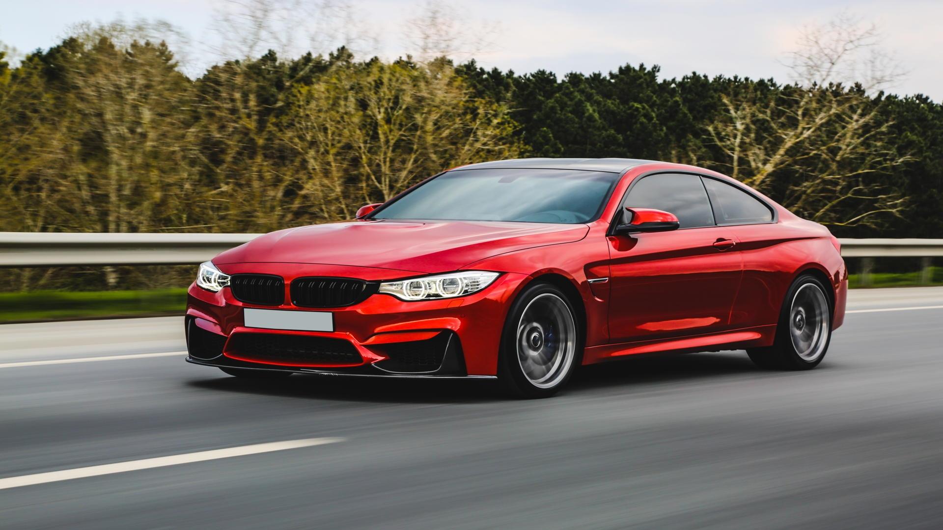 יבוא אישי של רכב חשמלי בצבע אדום
